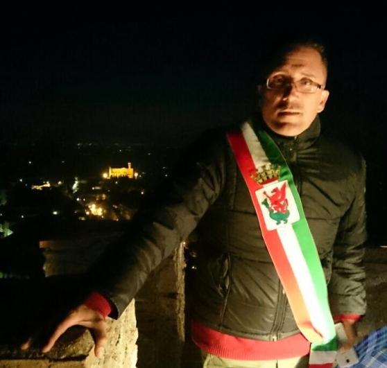 Volterra, il sindaco sale sulla torre per l'ospedale